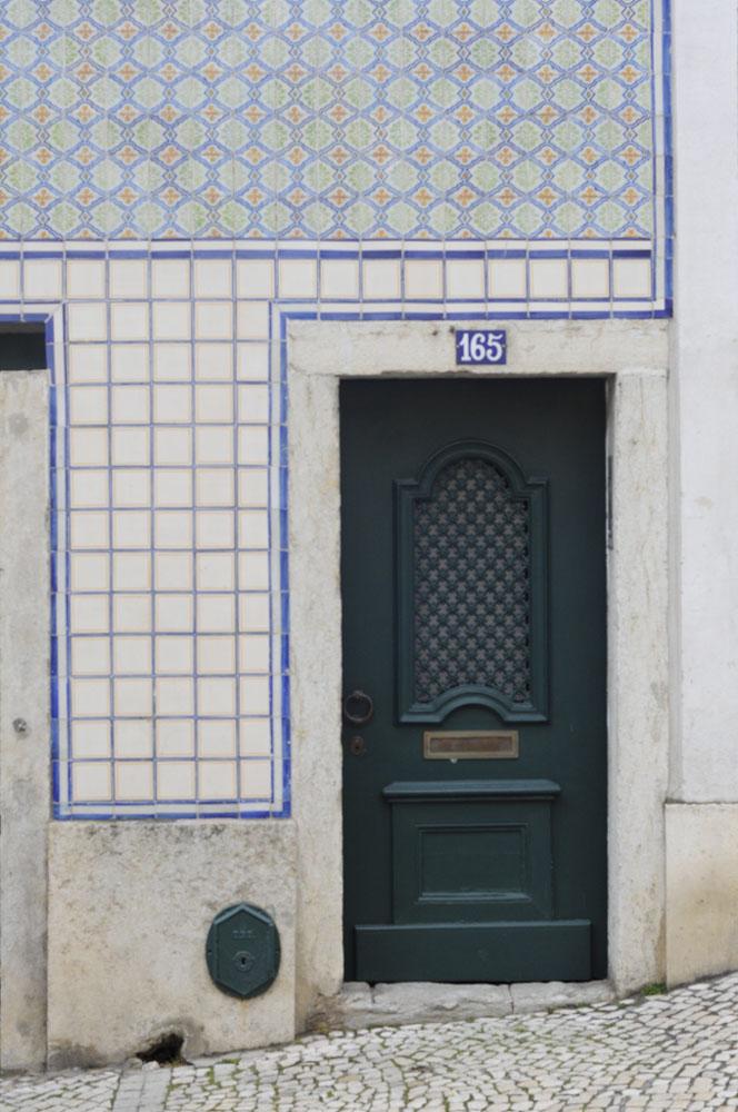 El encanto de las puertas lisboetas